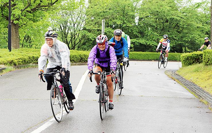 約100キロのサイクリングに出発する参加者