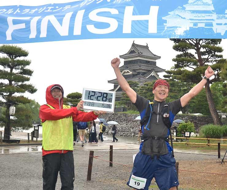 雨の中、1位で松本城にゴールして喜ぶ横山さん