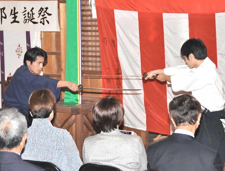 殺陣サークルのメンバーによる剣舞の披露もあった赤松小三郎生誕祭