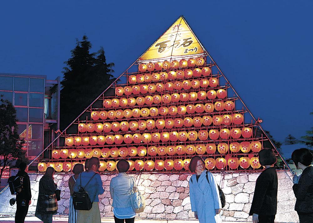 祭りムードを盛り上げるシンボルタワー=金沢市役所庁舎前広場