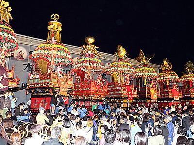 港町の夜 花山車彩る 伏木曳山祭宵山ライトアップ