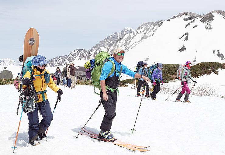散策しながら春山を満喫する観光客=立山・室堂