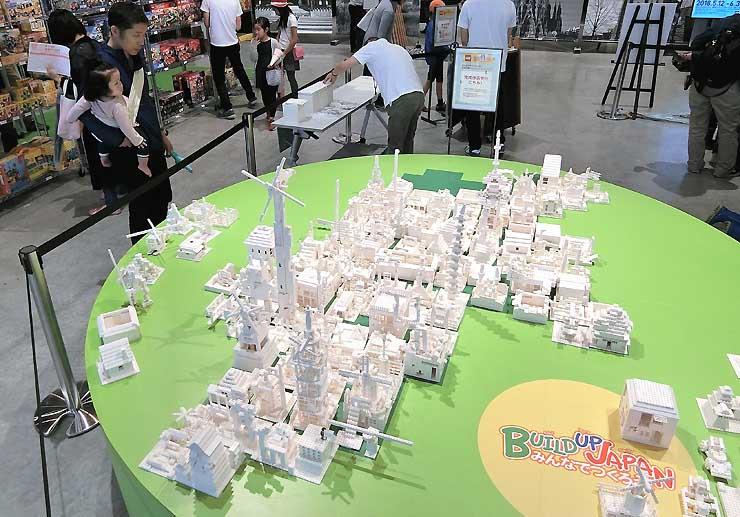 来場者の作品を長野県の形に並べた「大きな信州の地図」