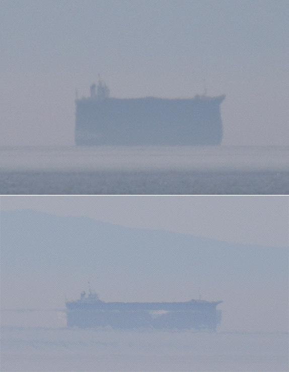 蜃気楼の出現で伸び上がって見える船(上)。数分後には縮んでいた(下) =15日午後2時10分ごろ(新川支社編集部・松下奈々撮影)