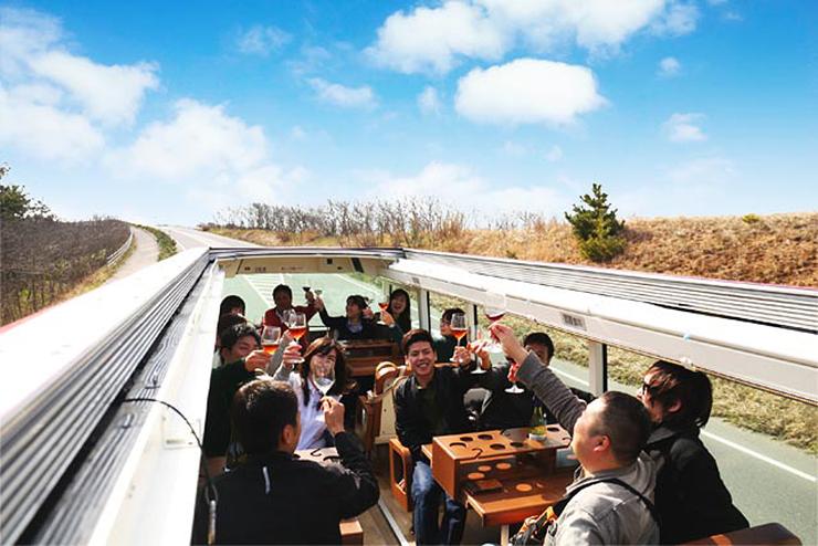 天窓が開く2階建てバスで、多彩な料理を味わえる