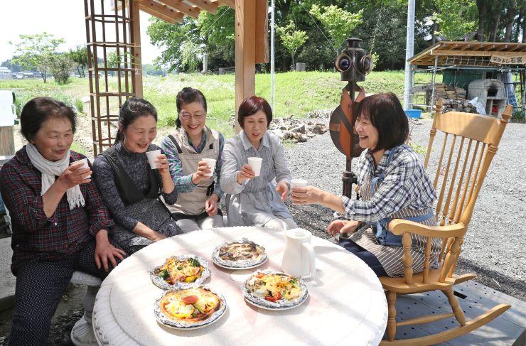 カフェスペースで試作した石窯ピザを味わうメンバー=長岡市籠田