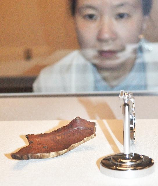 小石で装飾された漆塗りの木製鉢の一部=5月17日、福井県小浜市の県立若狭歴史博物館
