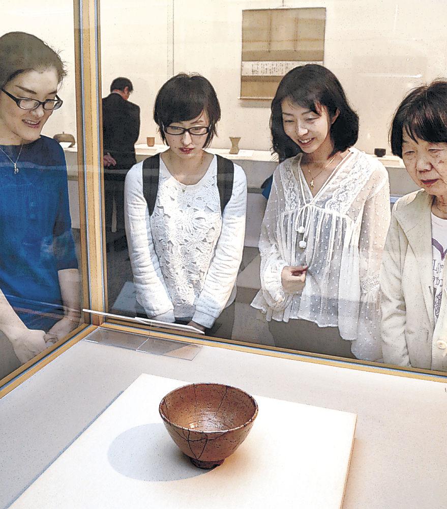 豊臣秀吉秘蔵の大井戸茶碗「筒井筒」に見入る愛好者=金沢市の県立美術館