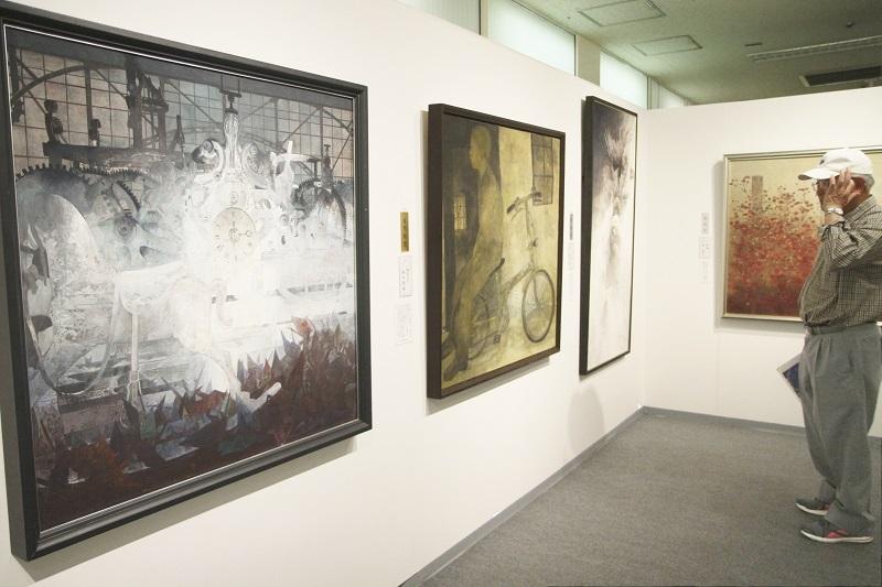 巨匠や新鋭作家の現代日本画が並ぶ「春の院展」=18日、福井市の西武福井店