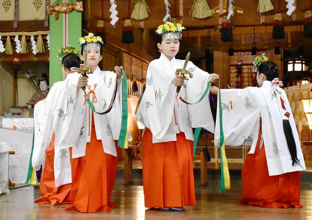 例大祭で「浦安の舞」を奉納する女児=19日、福井県坂井市の三國神社