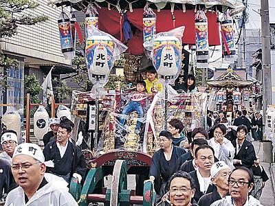 豪華台車、町を練る 美川おかえり祭り、ラッパ高らか