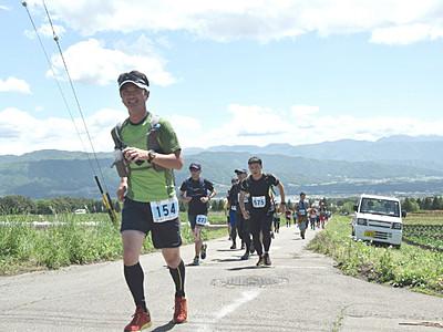 晴天の下 経ケ岳激走するトレイルラン