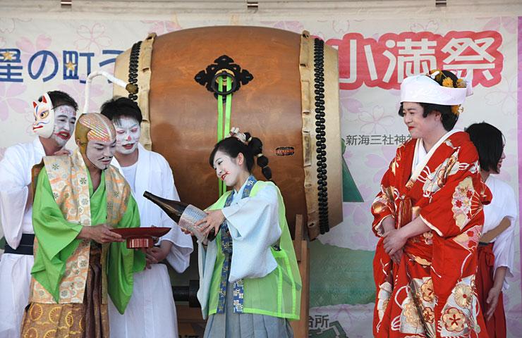 「キツネの嫁入り道中」の「結婚式」の場面を演じる商工会青年部員ら