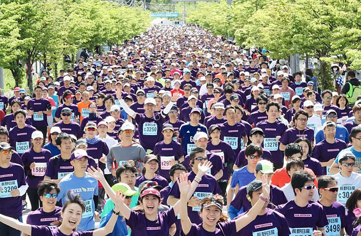 新緑の中で一斉にスタートする軽井沢ハーフマラソンのランナーたち=20日午前9時4分、軽井沢町