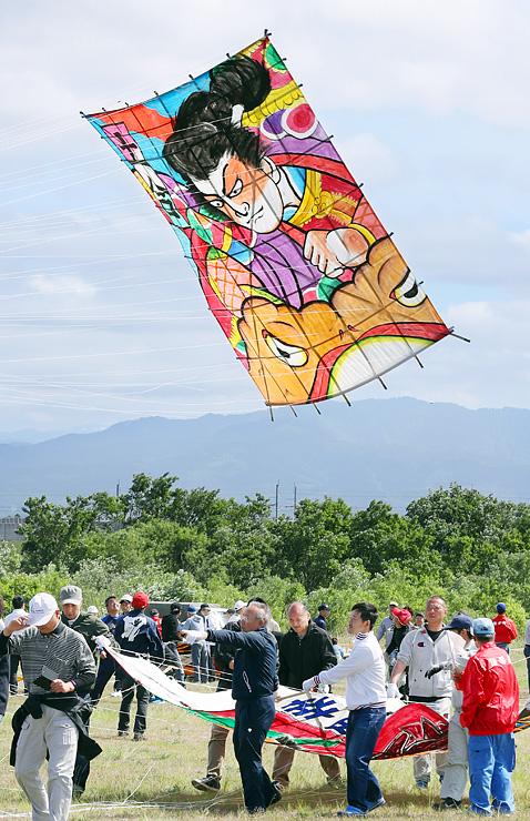 次々と大空へ揚げられる大凧=大門カイトパーク