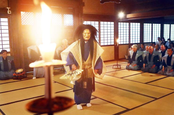 ろうそくの明かりの中で奉納された能=瑞龍寺