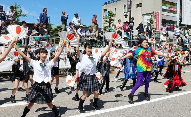 街流し繰踊りで熱気あふれるダンスを繰り広げる出場者=魚津駅前通り