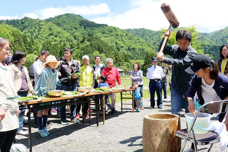 青空と新緑の中で行われたヨモギ餅つき=大長谷交流センター
