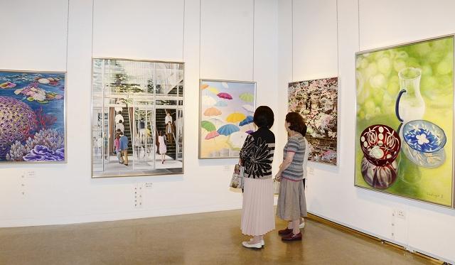 色彩の豊かさが楽しめる絵画・造形部門の展示コーナー=5月18日、福井県福井市美術館