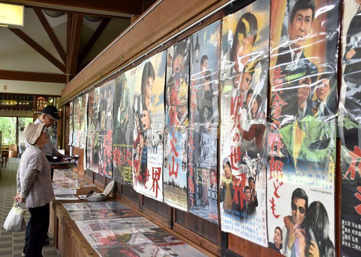 昭和の映画ポスターなどが並ぶ展示会=長岡市島崎