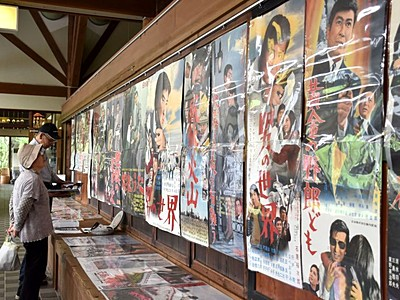 昭和スター懐かしく 長岡・和島でポスター展示