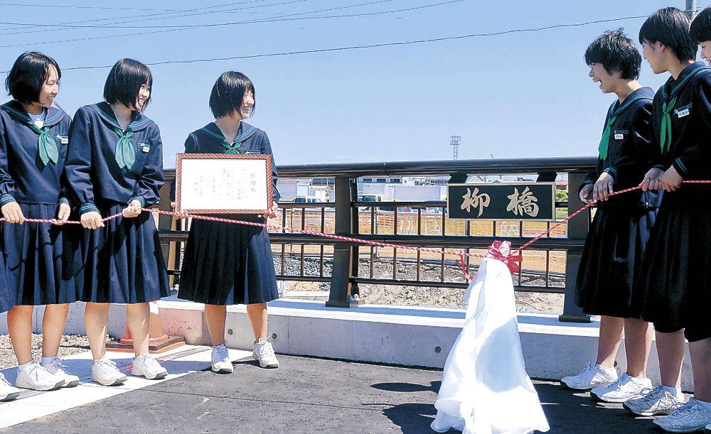 橋名板を除幕する生徒=珠洲市内