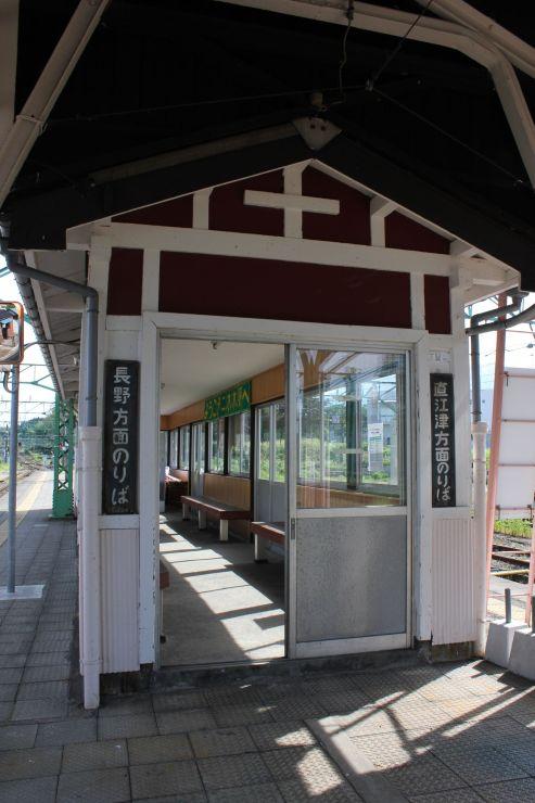 上越市の歴史的建造物等整備支援事業として改修を予定する二本木駅のホームの待合室=上越市中郷区