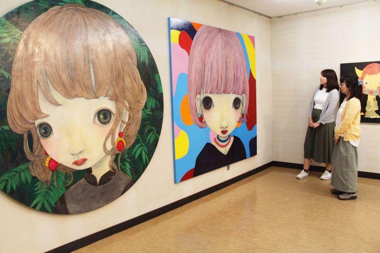 ワタナベメイさんの人物画などが並ぶ作品展=新潟市北区