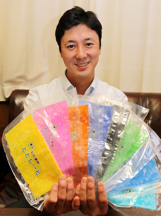全8色の「ととしーと」を手にする中陳社長