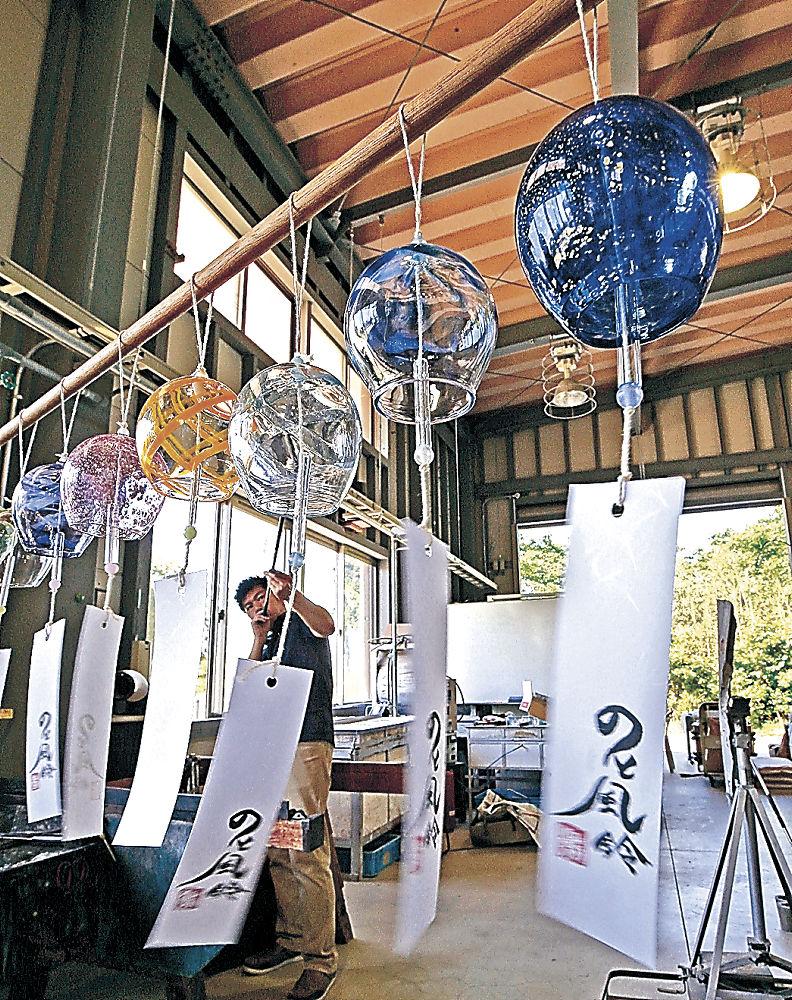 制作がピークを迎えている「のと風鈴」=七尾市能登島向田町の能登島ガラス工房
