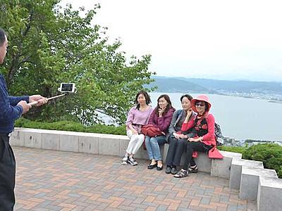アジア人気続く、君の名は... 諏訪湖を見下ろす立石公園