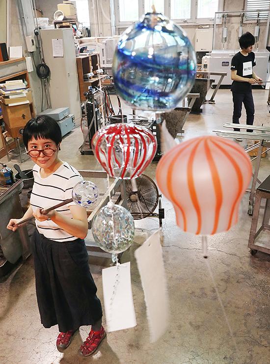 ガラスの風鈴を作るスタッフ=富山ガラス工房
