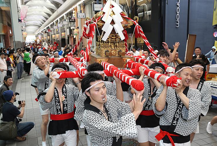氏子らがみこしを担いで富山市中心部を練り回す巡行祭=2017年6月