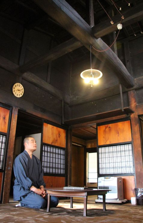 伝統建築の良さが味わえる広間「オマエ」=佐渡市松ケ崎