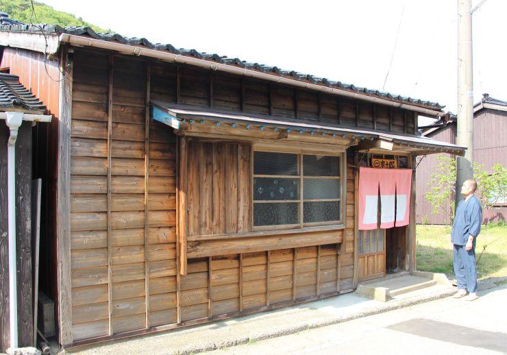 古民家を改修した宿泊施設「梅の木のある小さな宿市十郎」=佐渡市松ケ崎