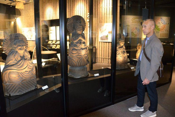 制作した仏像などが並ぶ、柏崎市立博物館の木喰コーナー=柏崎市緑町