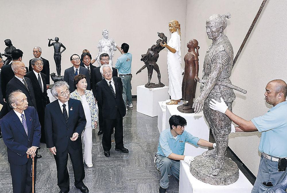 陳列指導に当たる日展役員と関係者=金沢市の石川県立美術館