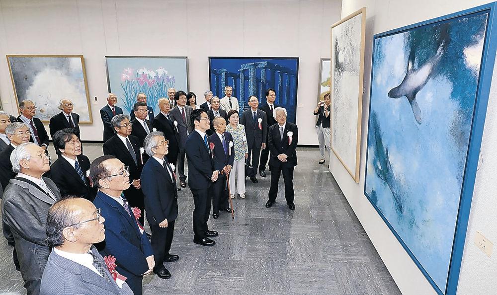 日本画の秀作を鑑賞する開場式出席者=金沢市の石川県立美術館