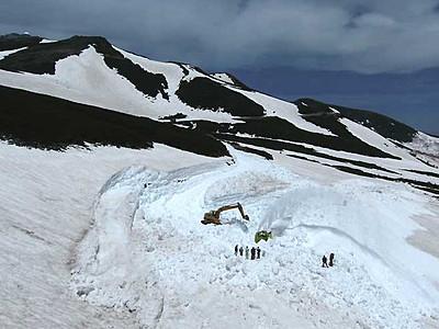 遅い春、道路掘り出す 県道乗鞍岳線7月全線開通