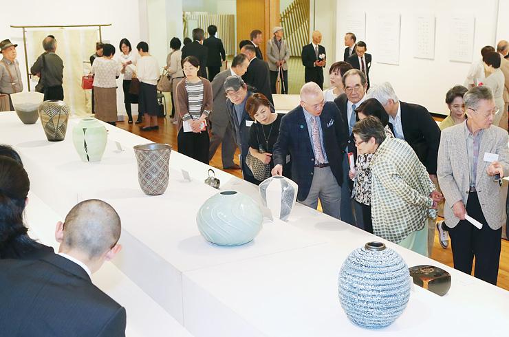 多くの人でにぎわう日本伝統工芸富山展=高岡市美術館