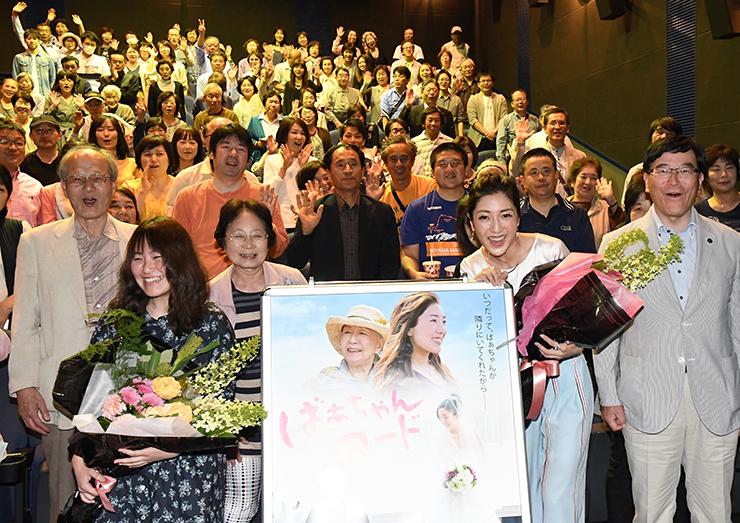 花束を手に作品をPRする上村さん(手前左)と文音さん(右から2人目)、林市長(右)=TOHOシネマズ高岡