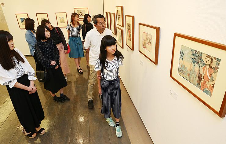 ギャラリートークで千秋の作品を解説する樹里さん(右)=富山市民プラザ