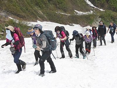残雪踏み締め白馬連峰開山祭 「貞逸祭」で大雪渓へ