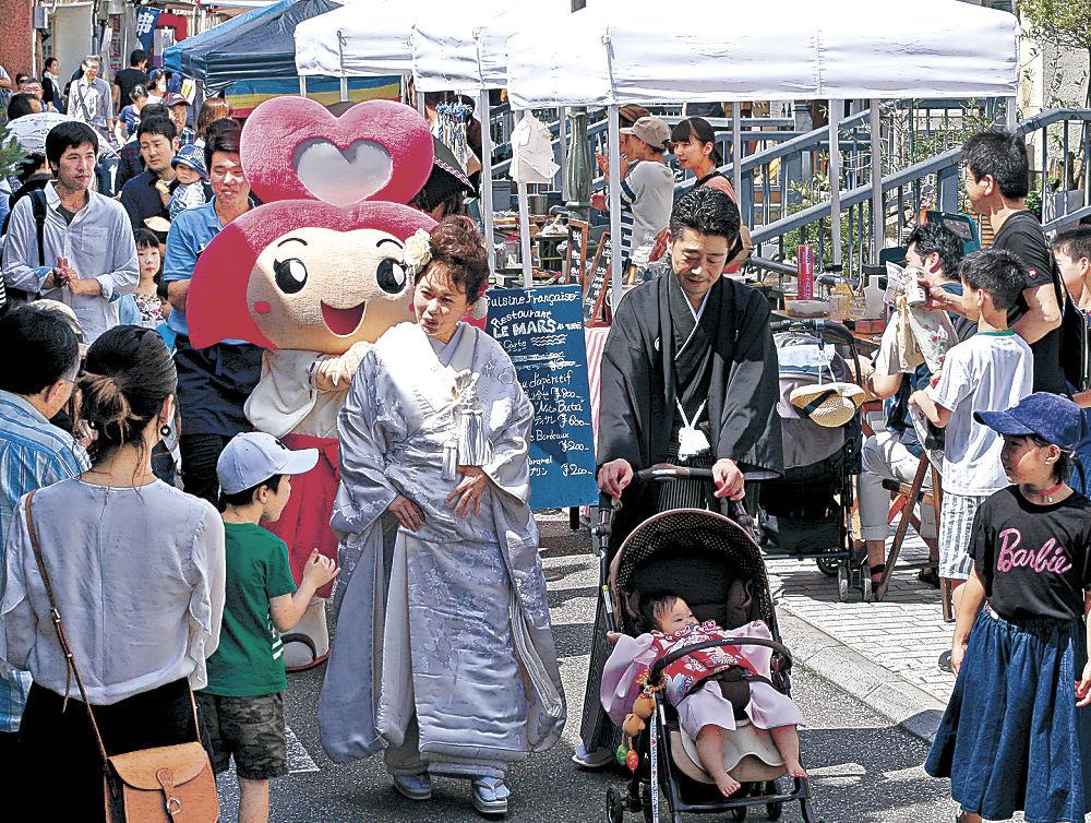 歩行者天国で華やかに繰り広げられた花嫁行列=金沢市のせせらぎ通り商店街
