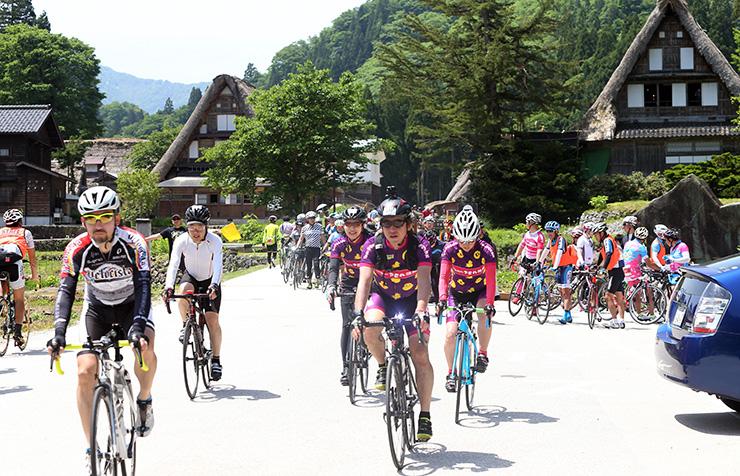 スタートを切るロングコースの参加者=富山競輪場