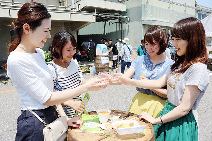 富山の酒で乾杯する来場者=若鶴酒造