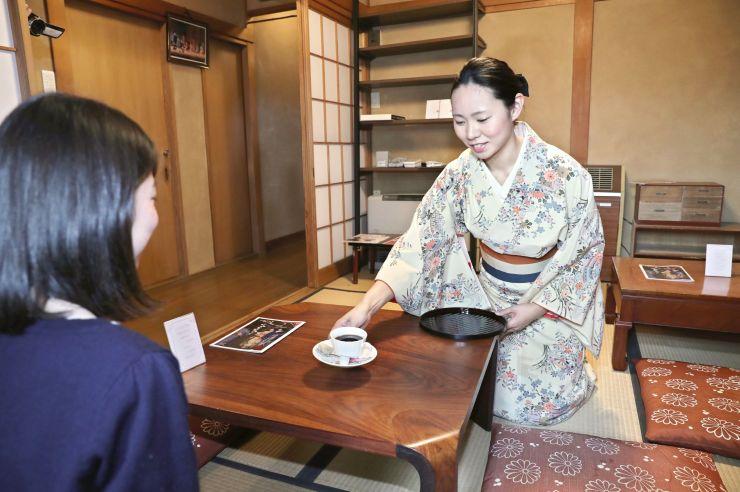 稽古着姿の古町芸妓がコーヒーなどを提供する柳都カフェ=28日、新潟市中央区古町通9