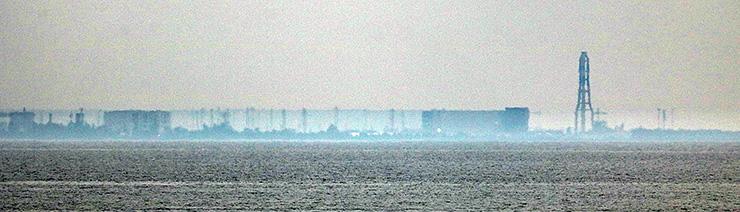 バーコード状に伸び上がって見える富山火力発電所方面 =28日午後3時45分ごろ