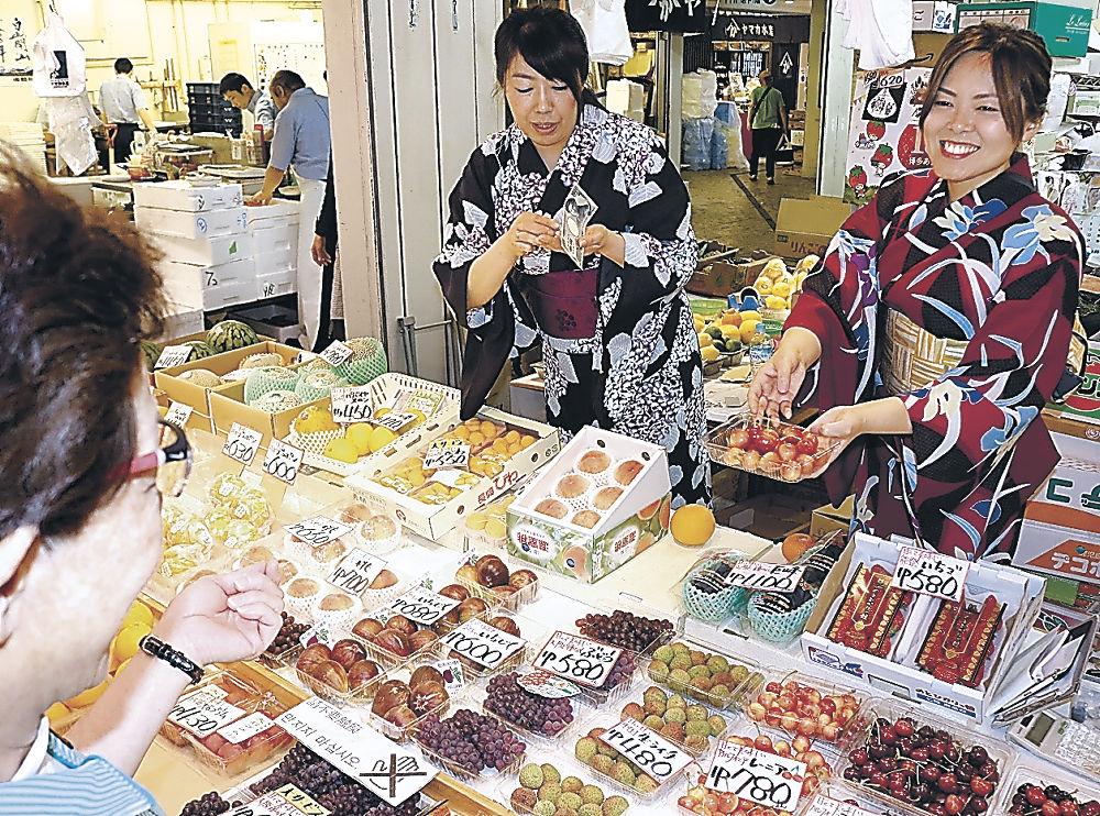 浴衣姿で接客する店員=金沢市の近江町市場