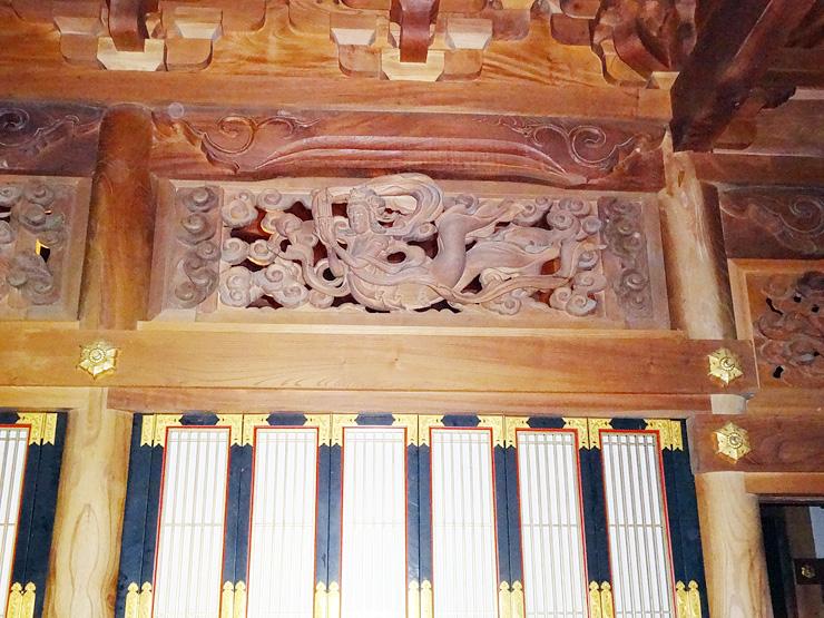 念仏道場に取り付けられた唐狭間(正面上)。天人が彫られている=南砺市猪谷